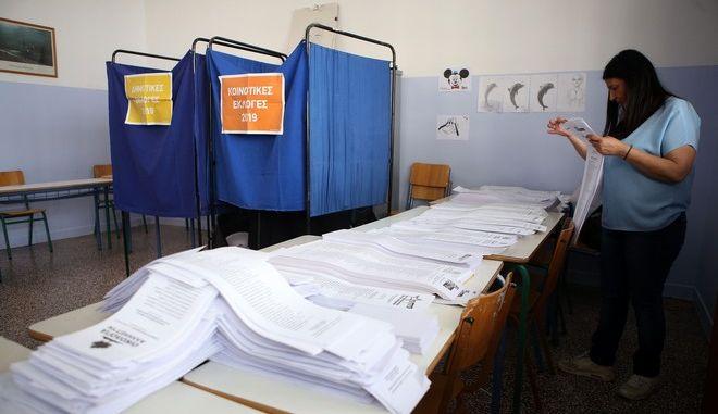 Στιγμιότυπο από εκλογικό κέντρο στη Θεσσαλονίκη