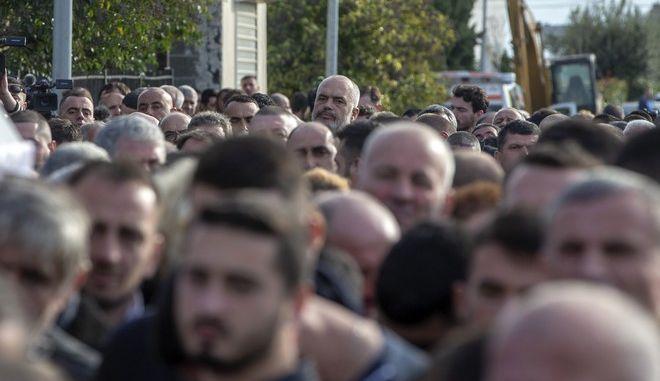 Ο πρωθυπουργός της Αλβανίας Έντι Ράμα σε κηδεία θυμάτων του φονικού σεισμού