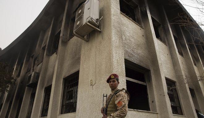 Στρατιώτης στέκεται έξω από κτίριο στην Τρίπολη
