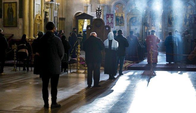 Ελάχιστοι πιστοί βρέθηκαν σε εκκλησία της Τιφλίδας για να προσκυνήσουν, κρατώντας αποστάσεις μεταξύ τους