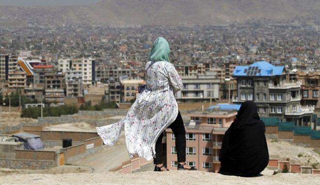 Γυναίκες κοιτάζουν από ψηλά την πόλη της Καμπούλ