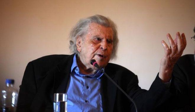 Ο Μίκης Θεοδωράκης έγινε 90 ετών και το γιορτάζει στον Κήπο του Μεγάρου