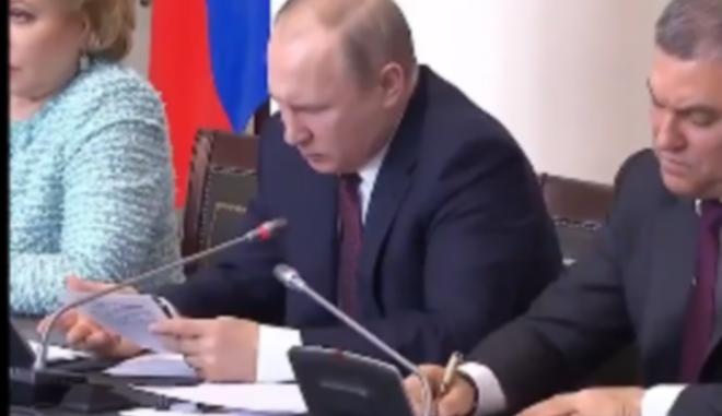 ΒΙΝΤΕΟ: Όταν ο Πούτιν δεν καταλαβαίνει τι έχει γράψει