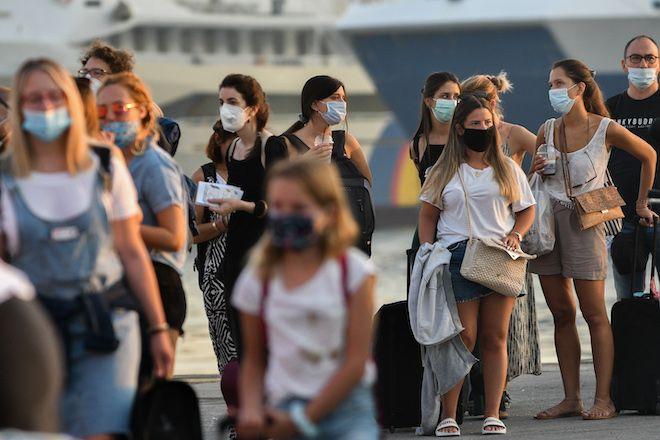 Πολίτες αναμένουν να επιβιβαστούν στο καράβι
