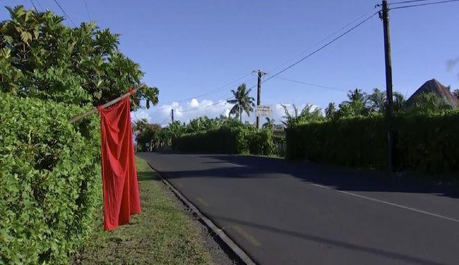 Μια κόκκινη σημαία έχει τοποθετηθεί σε κάθε σπίτι με ανεμβολίαστους ενοίκους.