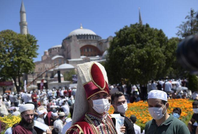 Πλήθος κόσμου έξω από την Αγία Σοφιά αναμένει την έναρξη της πρώτης προσευχής