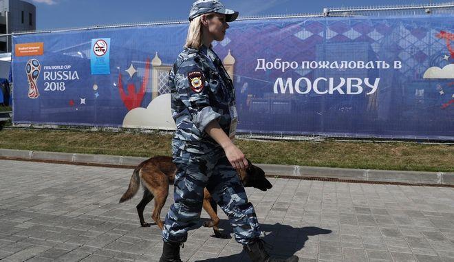 Ρωσίδα αστυνομικός έξω από γήπεδο της Ρωσίας