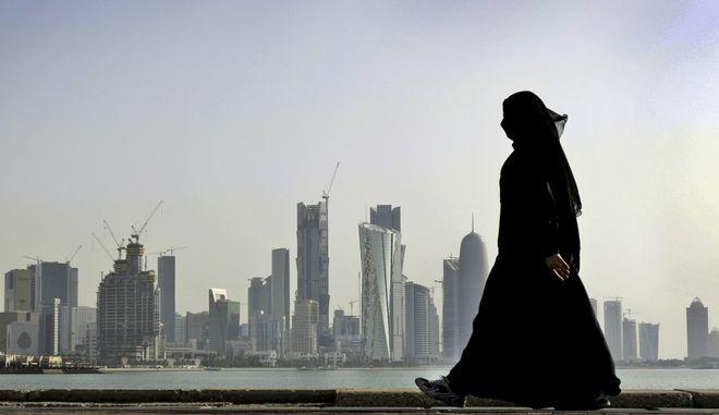 Γυναίκα από το Κατάρ περπατά στη Ντόχα