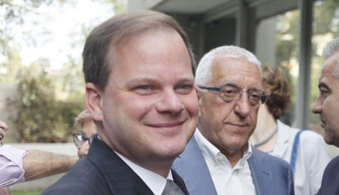 ΑΘΗΝΑ-«Ελλάδα Ανταγωνιστική. Ανάπτυξη και Ποιότητα Παντού», είναι ο τίτλος του βιβλίου του πρώην υπουργού Δημ. Σιούφα. Στο βιβλίο παρουσιάζεται το μεταρρυθμιστικό και ριζοσπαστικό έργο του υπουργείου Ανάπτυξης στη διακυβέρνηση του Κώστα Καραμανλή, 204-2007. Η παρουσιάση έγινε σήμερα Τετάρτη 1η Ιουνίου, στις 19:00μμ, στο Πολεμικό Μουσείο// ΣΤΗ ΦΩΤΟΓΡΑΦΙΑ Ο ΚΩΣΤΑΣ ΚΑΡΑΜΑΝΛΗΣ, Ο ΓΕΡΑΣΙΜΟΣ ΓΙΑΚΟΥΜΑΤΟΣ ΚΑΙ Ο ΝΙΚΗΤΑΣ ΚΑΚΛΑΜΑΝΗΣ .(EUROKINISSI-ΚΟΝΤΑΡΙΝΗΣ ΓΙΩΡΓΟΣ)