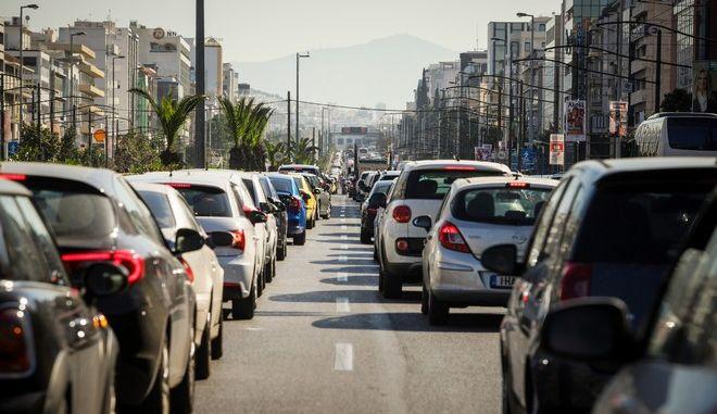 Κυκλοφοριακό χάος στην άνοδο της Λ. Συγγρού,λόγω έργων αποκατάστασης της ασφάλτου. Ακινητοποιημένα τα αυτοκίνητα από νωρίς το πρωί,καθώς έχουν κλείσει οι δυο από τις τέσσερις λωρίδες