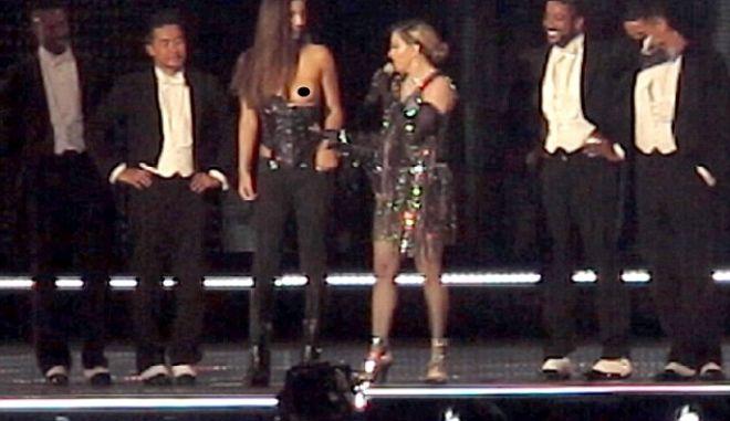 H Μαντόνα το τερμάτισε: 'Έγδυσε' 17χρονη πάνω στη σκηνή