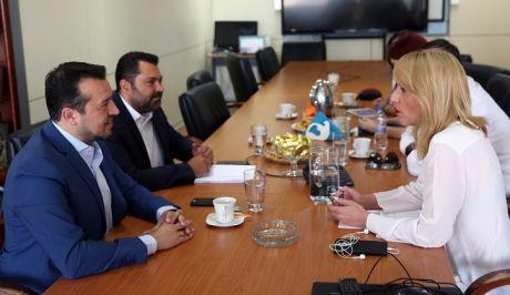 Ο Υπουργός Ψηφιακής Πολτικής, Τηλεπικοινωνιών και Ενημέρωσης, Νίκος Παππάς, και η Περιφερειάρχης Αττικής, Ρένα Δούρου, συζήτησαν σήμερα τα οφέλη που προκύπτουν για την οικονομία και τις τοπικές κοινωνίες από την προσέλκυση οπτικοακουστικών παραγωγών από το εξωτερικό, καθώς και το θέμα ίδρυσης ενός Film Office στην Αττική.