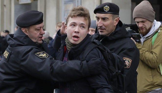 H αστυνομία συλλαμβάνει τον Προτασέβιτς, στο Μινσκ, το Μάρτιο του 2017 σε διαδήλωση διαμαρτυρίας στο κέντρο της πόλης.