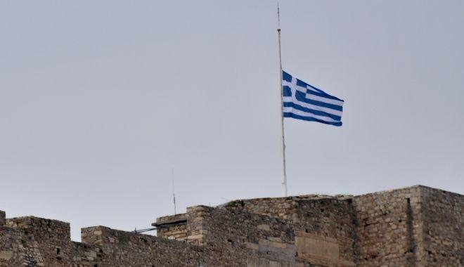 Μεσίστια η σημαία της Ακρόπολης για την κηδεία του Μανώλη Γλέζου