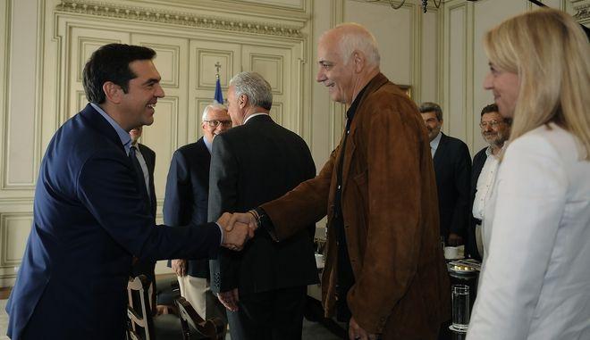 Στιγμιότυπο από την συνάντηση που είχε ο πρωθυπουργός Αλέξης Τσίπρας με τα μέλη της επιτροπής διαλόγου για την συνταγματική αναθεώρηση, τον Οκτώβριο του 2016 (EUROKINISSI/ΤΑΤΙΑΝΑ ΜΠΟΛΑΡΗ)