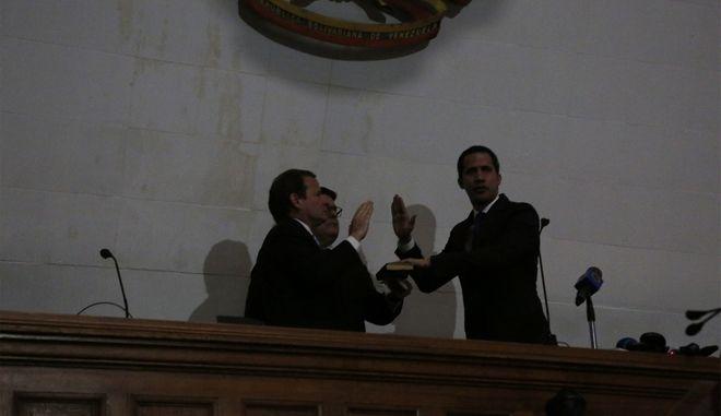 Ο Χουάν Γκουαϊδό ορκίζεται πρόεδρος της εθνοσυνέλευσης στο Καράκας