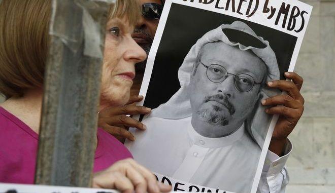 Διαδηλώτρια κρατά τη φωτογραφία του δολοφονημένου δημοσιόγραφου Τζαμάλ Κασόγκι