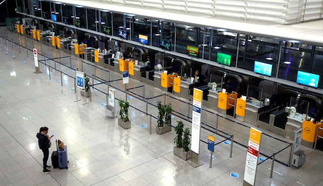 Check in στο έρημο αεροδρόμιο του Μονάχου, 12 Νοεμβρίου 2020. Η Βαυαρία βρίσκεται σε μερικό lockdown ήδη για πάνω από μια εβδομάδα.