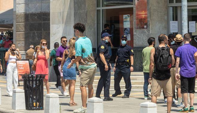 Κόσμος με μάσκες στην Θεσσαλονίκη (φωτογραφία αρχείου)