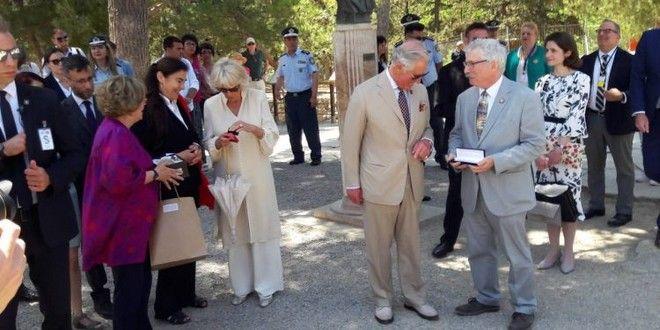 Κάρολος και Καμίλα δέχονται τα δώρα που τους προσφέρθηκαν στην Κνωσό