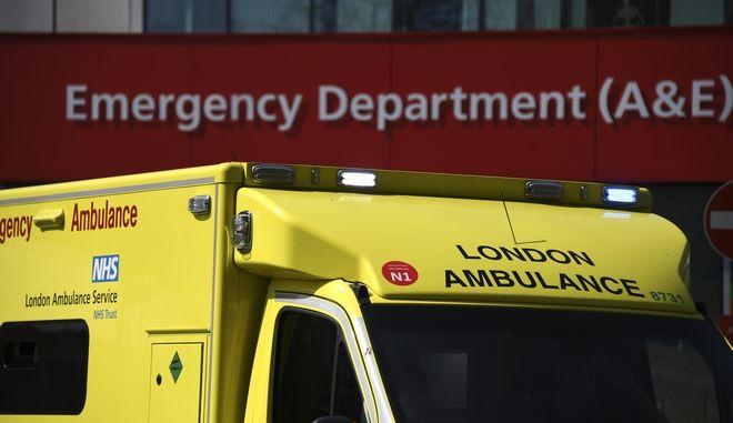 Ασθενοφόρο σε νοσοκομείο του Λονδίνου.