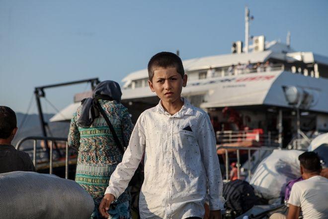 Αναχώρηση των πρώτων προσφύγων και μεταναστών από το λιμάνι της Μυτιλήνης