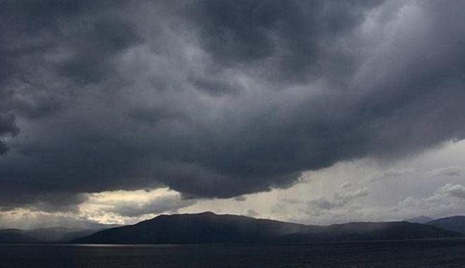 Συννεφιά και τοπικές βροχές στα δυτικά