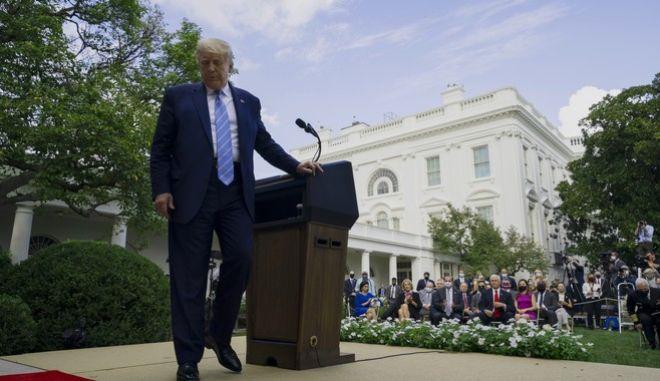 O πρόεδρος των ΗΠΑ στον κήπο του Λευκού Οίκο μετά από ενημέρωση για την πανδημία