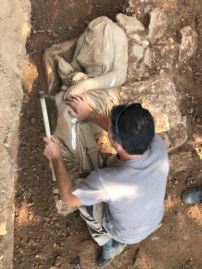 Εντοπίσθηκε επιτύμβιο ναόσχημο μνημείο από λευκό μάρμαρο σε οικόπεδο της Παιανίας