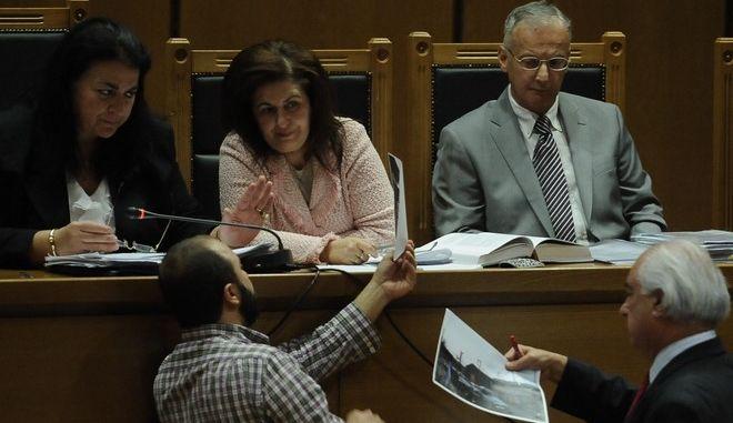 """Δίκη """"Χρυσής Αυγής"""" την Δευτέρα 31 Οκτωβρίου 2016, στην αίθουσα; του Εφετείου Αθηνών. Το δικαστήριο εξετάζει τη δικογραφία για την επίθεση εναντίον μελών του ΠΑΜΕ τον Σεπτέμβριο του 2013 στο Πέραμα. Οι μαρτυρικές καταθέσεις ξεκίνησαν με αυτήν του προέδρου του Συνδικάτου Μετάλλου Σωτήρη Πουλικογιάννη(φωτό), μέλους του ΚΚΕ, ο οποίος είχε δεχθεί χτυπήματα στο κεφάλι από τα μέλη της Χρυσής Αυγής. (EUROKINISSI/ΤΑΤΙΑΝΑ ΜΠΟΛΑΡΗ)"""