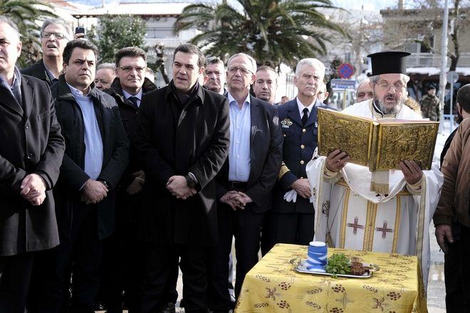 Ο πρωθυπουργός και οι αναπληρωτές υπουργοί, Παναγιώτης Ρήγας και Νεκτάριος Σαντορινιός στην Σαμοθράκη κατά την τελετή αγιασμού των υδάτων