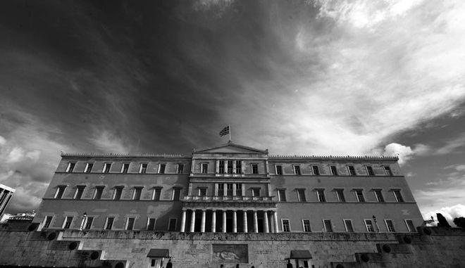Ασπρόμαυρο στιγμιότυπο του κτηρίου ττης Βουλής, την Τετάρτη 4 Φεβρουαρίου 2015. (EUROKINISSI/ΓΙΩΡΓΟΣ ΚΟΝΤΑΡΙΝΗΣ)