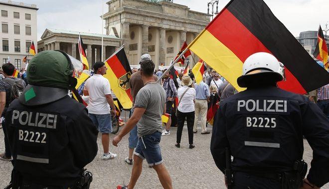 Υποστηρικτές του AFD κατά τη διάρκεια διαδήλωσης στο Βερολίνο