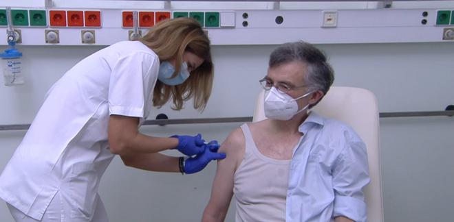 Η Ελλάδα σηκώνει μανίκια - Οι πρώτοι εμβολιασμοί και τα μηνύματα ελπιδας