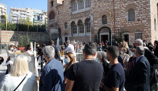 Ουρές έξω από τον Άγιο Δημήτριο στη Θεσσαλονίκη