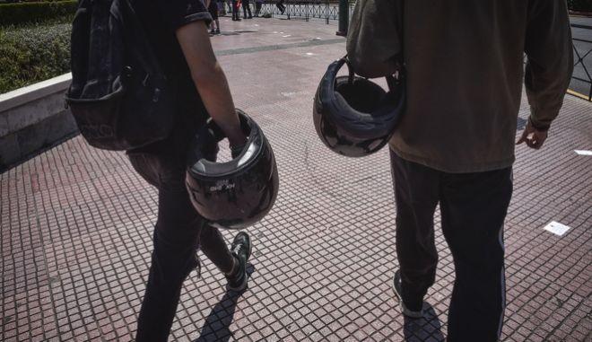 Μοτοσικλετιστές με κράνη