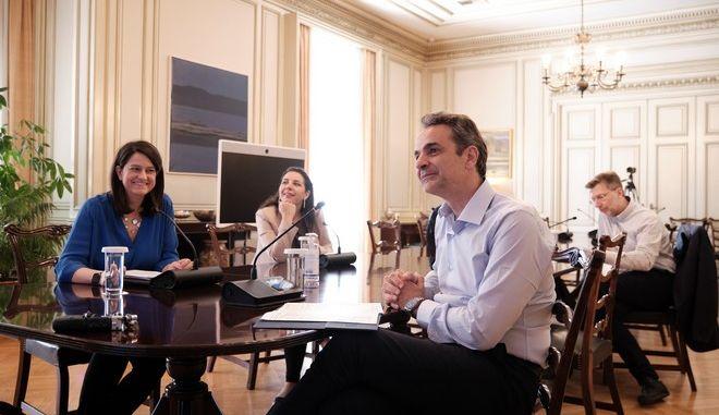 Τηλεδιάσκεψη του πρωθυπουργού Κυριάκου Μητσοτάκη,παρουσία της υπουργού παιδείας Νίκης Κεραμέως,με καθηγητές που συμμετείχαν στην εκπαιδευτική τηλεόραση