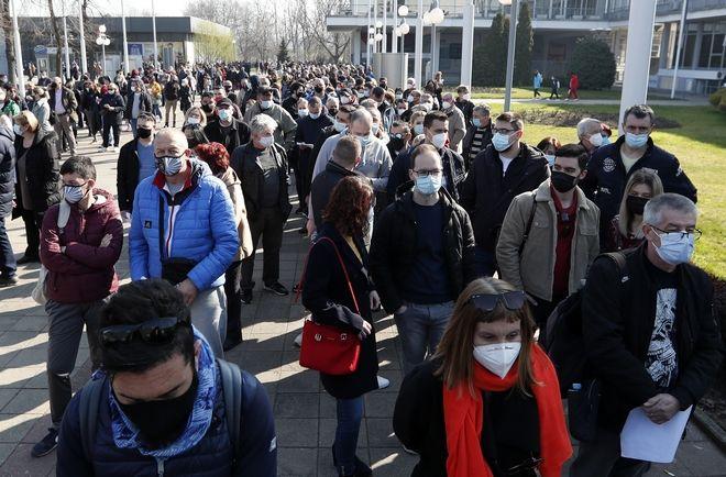 Σερβία: Ουρές από τα Βαλκάνια για εμβόλιο και ΣΚ στον ήλιο