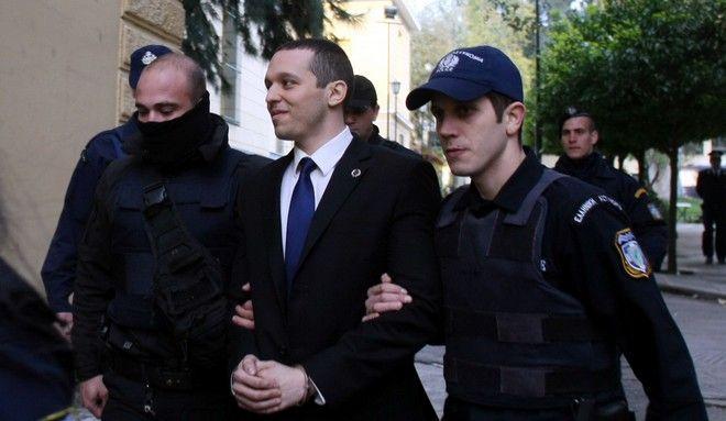 Ο Ηλίας Κασιδιάρης αποχωρεί από τα δικαστήρια μετά την εκδίκαση της μήνυσης που είχε καταθέσει εναντίον του διευθυντή της