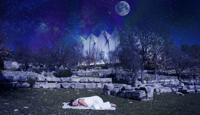 """From Darkness to Light"": Η ολονύχτια περφόρμανς της Αποστολίας Παπαδαμάκη στον Ναό του Επικούριου Απόλλωνα"