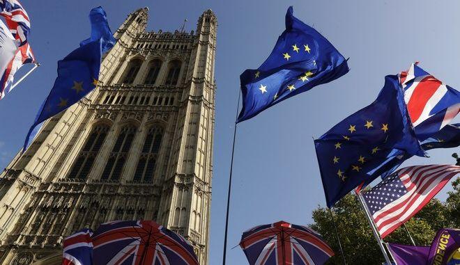 Εικόνα έξω από τη Βουλή των Κοινοτήτων στο Λονδίνο