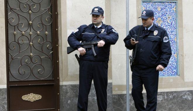 Τούρκοι αστυνομικοί έξω από την πρεσβεία του Ιράν στην Άγκυρα (ΦΩΤΟ ΑΡΧΕΙΟΥ)