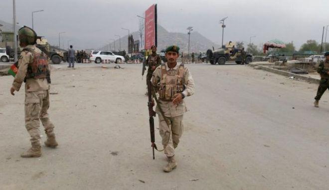 Δεκάδες νεκροί και τραυματίες από επίθεση αυτοκτονίας στην Καμπούλ