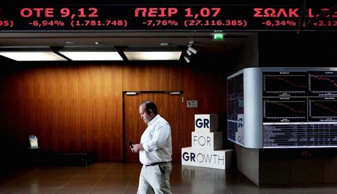 Bloomberg: Πώς η διαμάχη στην Ελλάδα προκαλεί ζημιά στο ευρώ