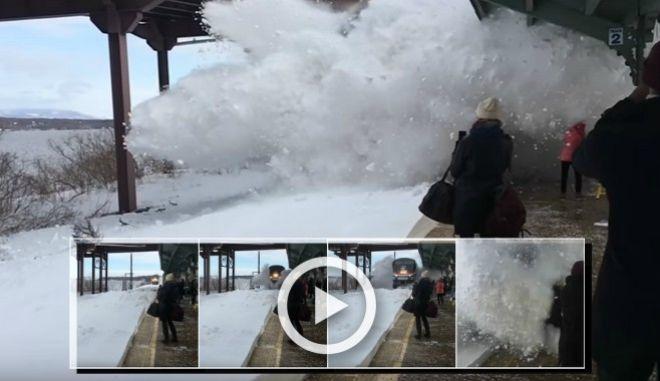 Βίντεο: Τρένο προκαλεί χιονοστιβάδα σε σταθμό της Νέας Υόρκης