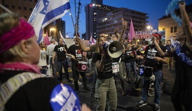 Ισραηλινοί γιορτάζουν την αποχώρηση του Νετανιάχου