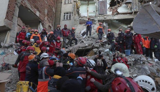 Διασώστες έχουν κάνει αλυσίδα μεταφέροντας έναν άνδρα που βρέθηκε ζωντανός κάτω από τα χαλάσματα