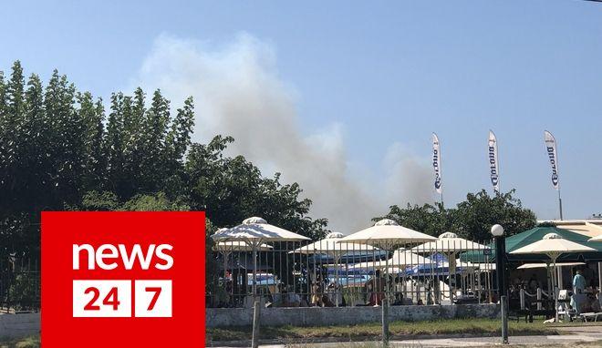 Ορατός ο καπνός της φωτιάς από την παραλία του Μαραθώνα