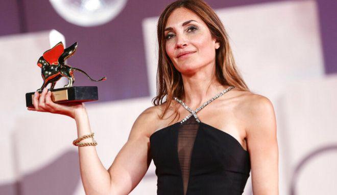 Η Audrey Diwan με τον Χρυσό Λέοντα στα χέρια