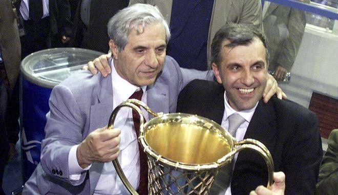 Ο Παύλος Γιαννακόπουλος και ο Ζέλιμιρ Ομπράντοβιτς κρατούν το κύπελο
